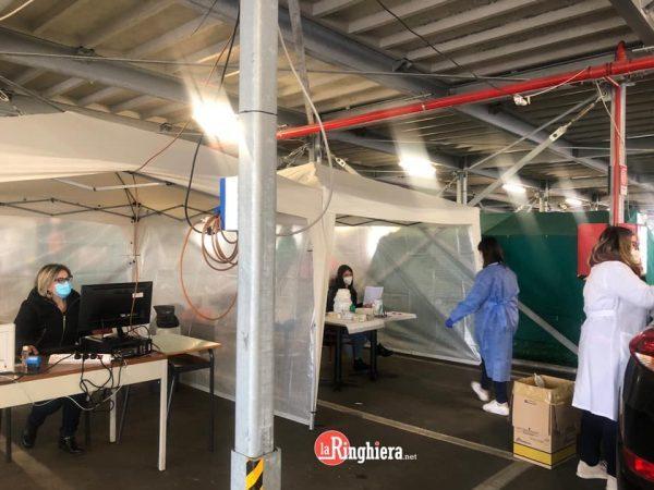 Taranto, vaccinazione insegnanti: nel weekend seconda dose al drive through del centro commerciale