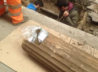 (video e foto) Colonne di 2400 anni fa trovate tra i tubi dell'acqua, a Taranto la storia riaffiora così
