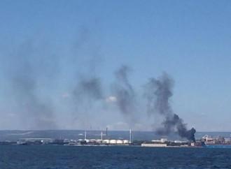 Taranto, paura a Ferragosto. Vasto incendio vicino alla raffineria Eni