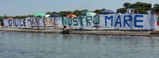 """Taranto, catena umana a Lido Bruno: """"Giù le mani dal nostro mare!"""""""