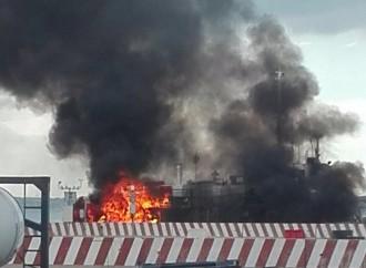 Taranto, paura al porto. Esplode un mezzo: 2 feriti
