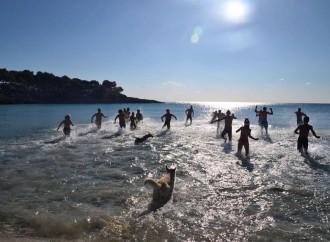 Taranto, un tuffo in mare per salutare il 2016