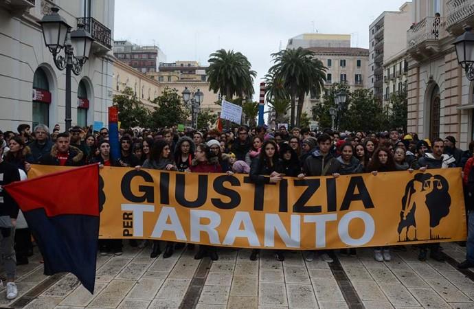 Taranto chiede Giustizia, la pioggia non ferma il corteo