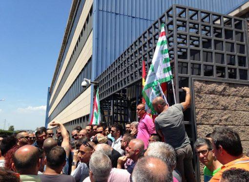 """Taranto, i 2500 dell'appalto Ilva: noi, """"vittime"""" del massimo ribasso"""