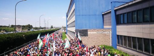 Caos Ilva, la protesta degli operai a Taranto. Entro lunedì l'aggiudicazione, ma forse si riapre la gara
