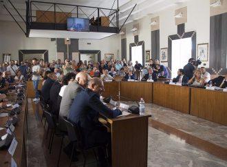 Taranto, proteste in Consiglio comunale. Seduta sospesa
