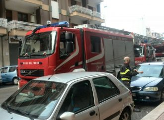 Taranto, fuoco e fumo nelle scale. Paura in via Emilia