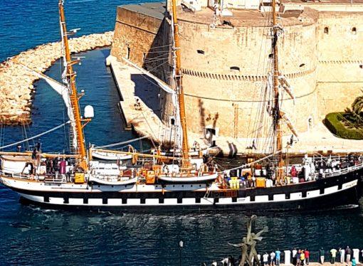 Il Palinuro getta l'ancora nel canale di Taranto