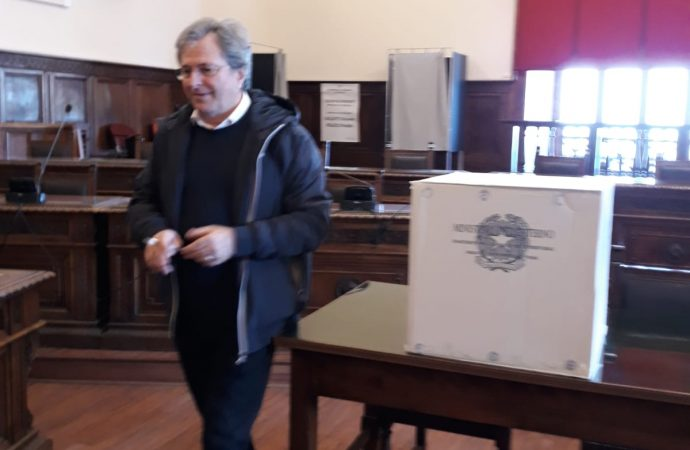 Provincia, l'affluenza al seggio è alta: i gruppi si marcano a distanza