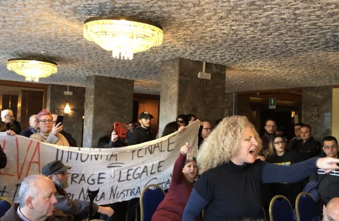 Deputati M5S contestati a Taranto