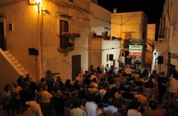 Serenate nel centro storico, Mottola accorda le sue chitarre