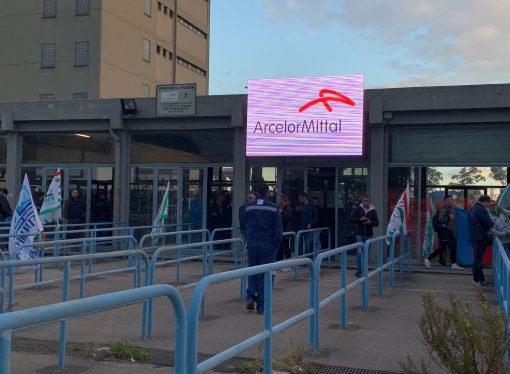 Taranto, sempre più precaria la situazione nel siderurgico. Riunione con i commissari Ilva