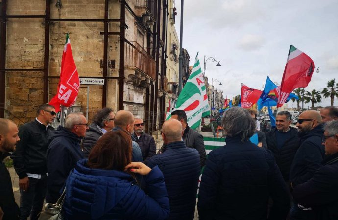 Taranto, la protesta degli edili: Noi abbiamo già perso 5mila posti di lavoro