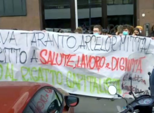 """A Milano la protesta """"pro Taranto"""" sotto la sede di ArcelorMittal"""