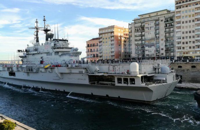 Taranto, il  Garibaldi entra in Mar Piccolo e raggiunge il Cavour