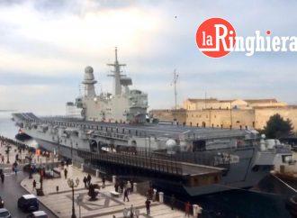 Taranto, finiti i lavori sul Cavour. L'ammiraglia ha lasciato Mar Piccolo [VIDEO]