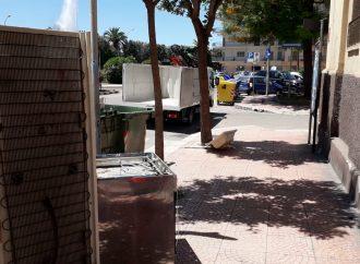 Taranto, incivili in azione: frigo e cucina in piazza Ebalia. Interviene l'Amiu