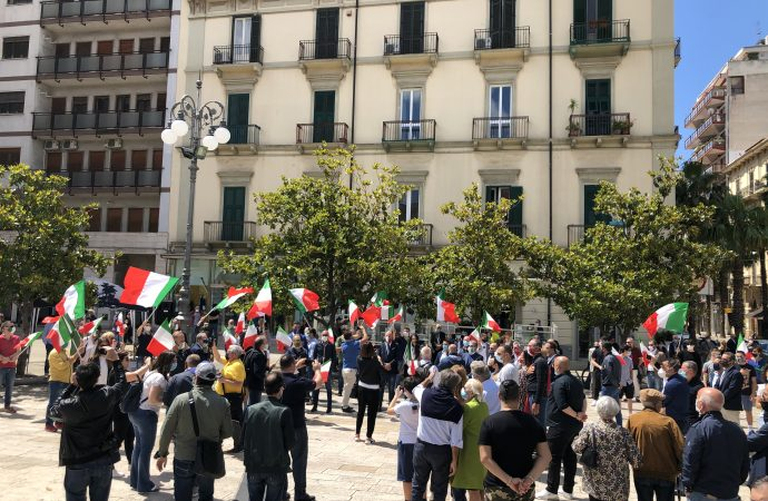 Flash mob tricolore, il centrodestra di Taranto si ritrova in piazza