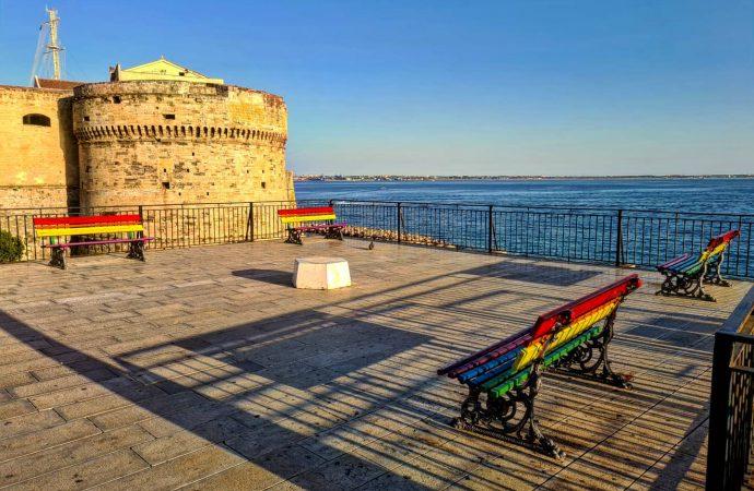 Taranto, 4 panchine arcobaleno vicino al Castello Aragonese
