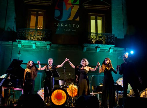 "Luci blu e atmosfera da night club al Taranto Jazz Festival. Ieri Tosca sul palco <span class=""dashicons dashicons-calendar""></span>"