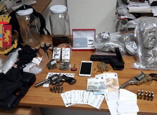 Taranto, arrestato insospettabile con la droga nella poltrona