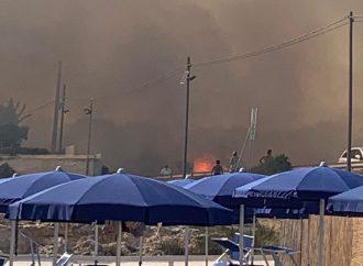 Pauroso incendio a Marina di Taranto tra le ville della litoranea