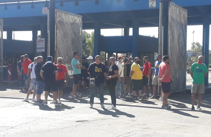 Sciopero e presidio di Usb davanti allo stabilimento Mittal di Taranto