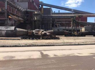 Taranto, deraglia un carro siluro al siderurgico. E nel parcheggio bruciate 8 auto
