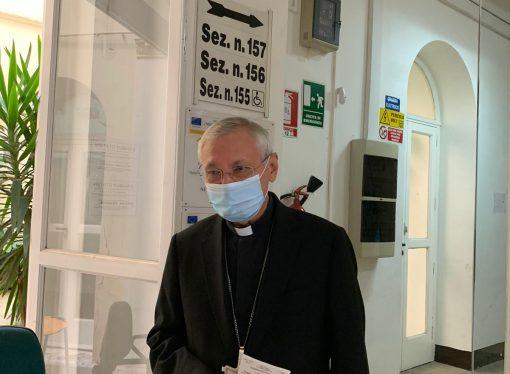 Seggi aperti, l'arcivescovo di Taranto tra i primissimi in Città Vecchia