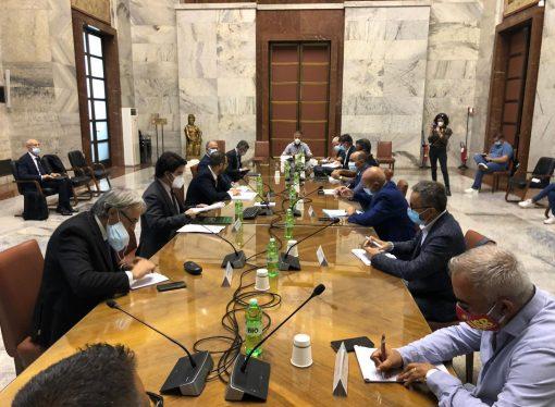 I sindacati al ministro: Il siderurgico di Taranto non è sicuro, va fermato