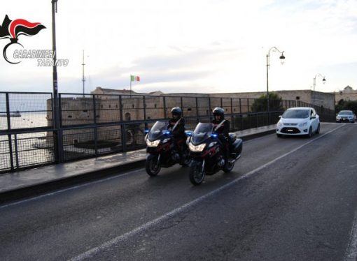 Taranto, giocavano a carte in un circolo senza mascherina. Multati dai carabinieri