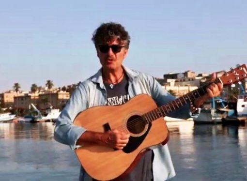 """""""Canto la mia terra"""", il nuovo show di Franco Cosa dedicato a Taranto"""